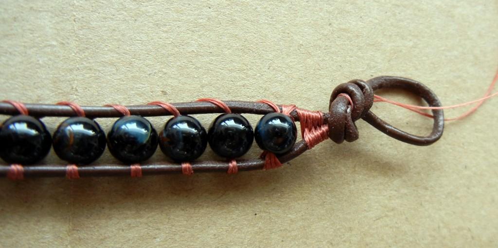 Плетение браслетов из кожи с бусинами своими руками