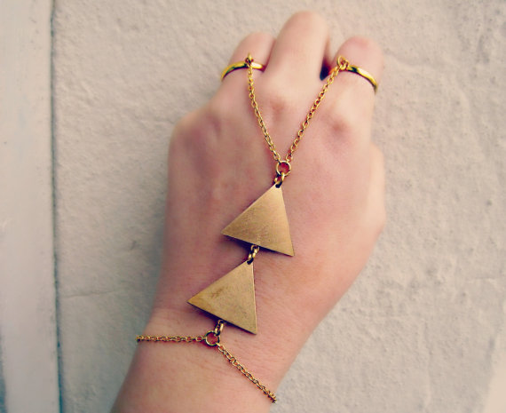 This piece of jewelry doubles as a bracelet and ring! I love how in this piece, the triangles have a tribal feel. This awesome design is by Jennie of A la Pop Body Jewelry.