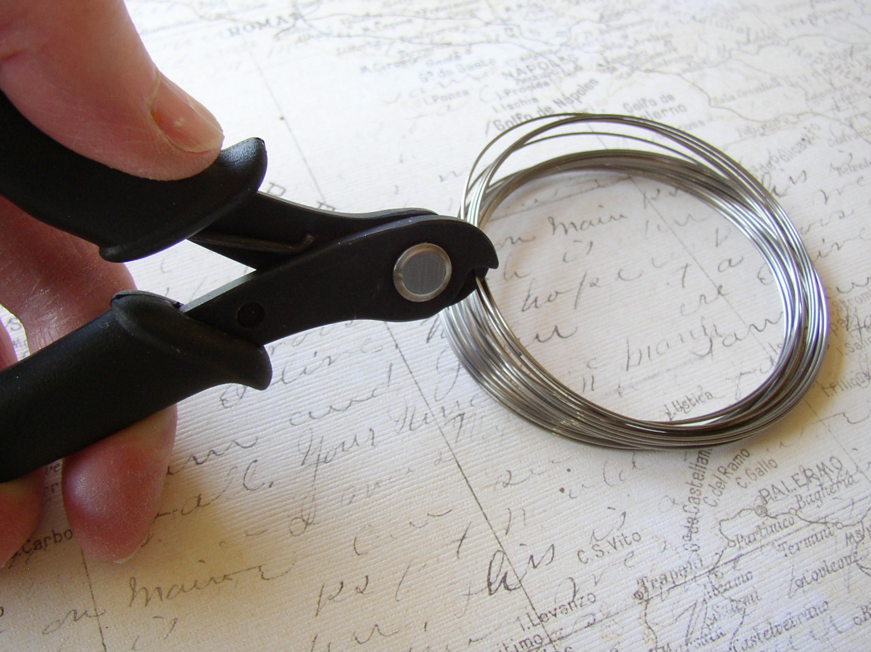 Use heavy-duty wire cutters to cut memory wire.